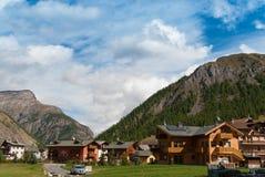 Alpin by i Italien-Livigno arkivbilder