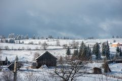 Alpin by i vinter i Transylvania arkivbild
