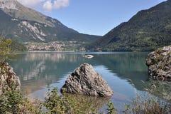 Alpin jezioro, Molveno, Włochy zdjęcia stock
