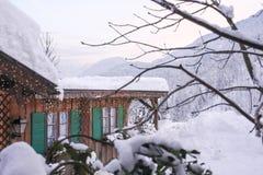 Alpin kabin i vinter Royaltyfria Bilder