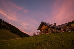 Alpin kabin på solnedgången royaltyfri fotografi