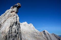 Alpin klättring Fotografering för Bildbyråer