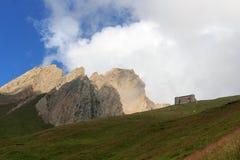 Alpin koja Sajathutte och berg Rote Saule i fjällängarna, Österrike fotografering för bildbyråer