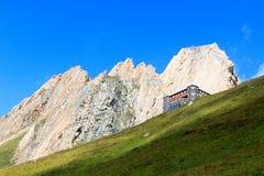 Alpin koja Sajathutte och berg Rote Saule i fjällängarna, Österrike royaltyfri foto