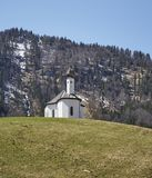 Alpin kyrka i de österrikiska fjällängarna - materielfoto royaltyfri bild