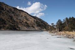 alpin is- lake royaltyfri bild