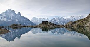 Alpin lakereflexion Arkivfoto