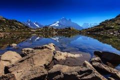 Alpin lakereflexion i de franska alpsna Royaltyfri Bild