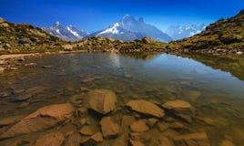 Alpin lakereflexion i de franska alpsna Arkivbilder