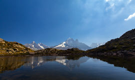 Alpin lakereflexion i de franska alpsna Royaltyfri Foto