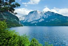 alpin lakesommarsikt fotografering för bildbyråer