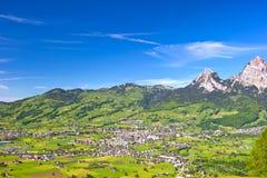 Alpin liggande med den härliga blåa skyen Royaltyfri Foto