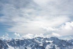 alpin liggandevinter De snöig maxima av de höga bergen Royaltyfri Bild