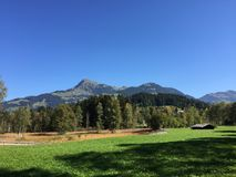 Alpin panoramautsikt av bergmaxima arkivfoto