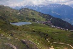Alpin schweizisk sjö Arkivfoto
