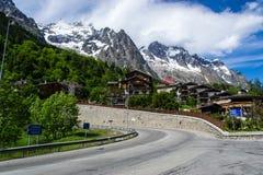 Alpin semesterort Courmayeur, Italien Fotografering för Bildbyråer