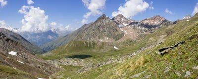 Alpin sjö av krans i Aosta Valley, Italien royaltyfria bilder