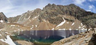 Alpin sjö i Aosta Valley, Valpelline, Italien Spektakulära färger av gummilacka Mort Royaltyfri Foto