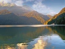 Alpin sjö i de Kaukasus bergen Arkivfoto