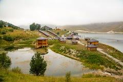 Alpin sjö Kezenoi f.m. i Tjetjenien i sommaren Royaltyfri Bild