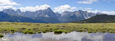 Alpin sjö med bergskedja Royaltyfria Foton