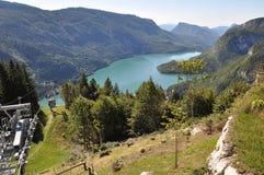 Alpin sjö Molveno med kabinen, Italien Royaltyfria Bilder