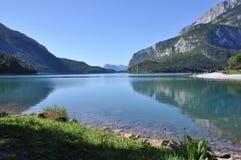 Alpin sjö, Molveno sjö, Italien Arkivfoto