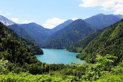 Alpin sjö Ritsa i Abchazien Royaltyfri Fotografi