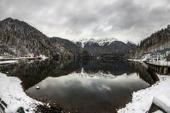 Alpin sjö Ritsa i vintern, Abchazien Fotografering för Bildbyråer