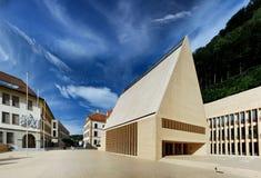 Alpin stad Vaduz i Lichtenstein Arkivfoton