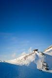 Alpin stuga i vinter Arkivfoto