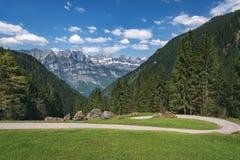 Alpin väg i de schweiziska fjällängarna på en solig dag arkivbilder