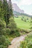 Alpin wenig Fluss lizenzfreie stockfotografie