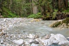 Alpin wenig Fluss stockfotos