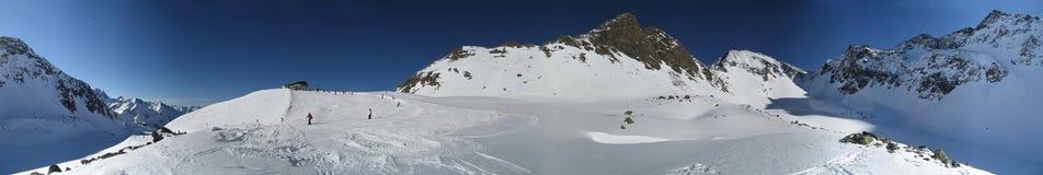 Alpina berg i vinter arkivfoton