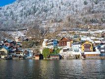 Alpina byar Hallstatt i Österrike en av den mest härliga moutainen för vintersäsongsnö arkivbild