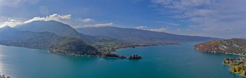 Alpina sikter över sjön Annecy i de franska fjällängarna royaltyfria bilder