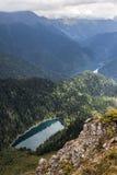 Alpina sjöar lilla Ritsa och stora Ritsa i Abchazien i de Kaukasus bergen Arkivfoto
