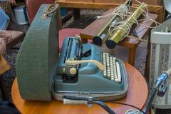 Alpina skrivmaskin som är till salu i den Mauer marknaden Arkivfoton