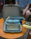 Alpina skrivmaskin som är till salu i den Mauer marknaden Arkivbild