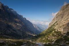 Alpine Ansicht der Gebirgsoberseiten Lizenzfreies Stockfoto