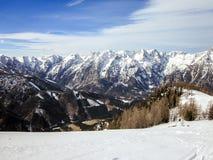 Alpine Berge gefärbt in Grünem und in weißem Lizenzfreies Stockfoto