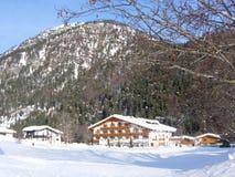 Alpine Chalets mit Gebirgshintergrund Lizenzfreie Stockfotos