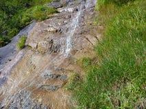 Alpine Creek que cae abajo la roca Foto de archivo libre de regalías