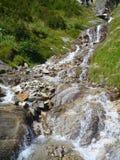 Alpine Creek que cae abajo la roca Imagen de archivo libre de regalías