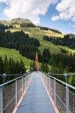 Alpine Golden Gate-Hängebrücke in Saalbach-Hinterglemmtal, Alpen, Österreich Stockfotografie