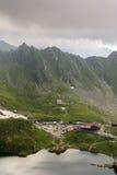 Alpine Häuschen nähern sich See lizenzfreie stockbilder
