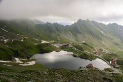 Alpine Häuschen nähern sich See stockfoto