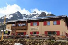 Alpine Hütte Rifugio Bonetta am Gaviadurchlauf und am Berg Monte Gavia Lizenzfreies Stockbild