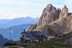 Alpine Hütte Rifugio Carducci und Sexten-Dolomitberge in Süd-Tirol Lizenzfreie Stockfotografie